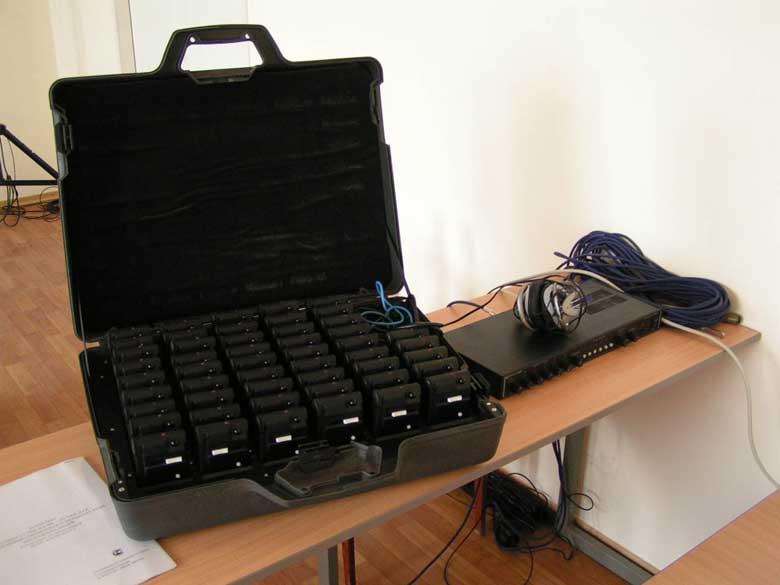 Оборудование на ИК-лучах и беспроводные микрофоны легко переносятся.  Их установка и сборка на.